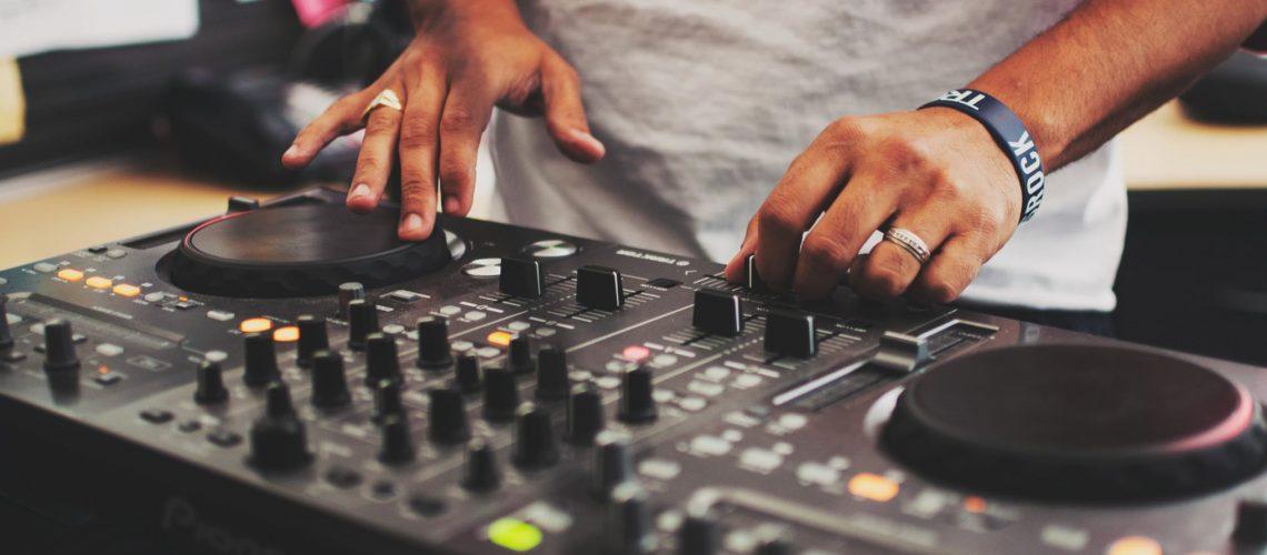 dj-playing-music_t20_Jl99jw